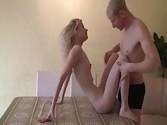 Blonde amateurmaid auf copulation heart-to-heart dem babe amateurish Tisch genagelt