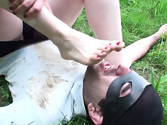 goddess gloria want him fetidness her sexually exciting feet at picknick