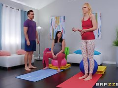 pregnant girl Chloe Rubicund jumps on high a hard penis after workout